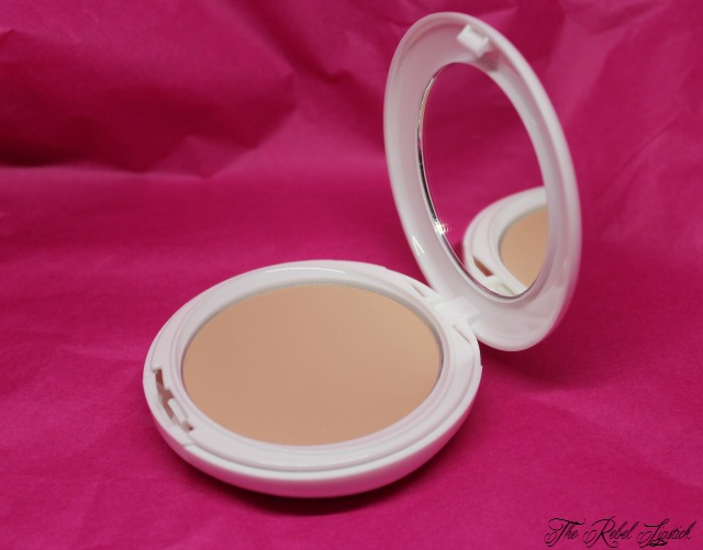 essence-get-picture-ready-long-lasting-compact-make-up-inside