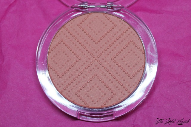 essence-satin-touch-blush-inside
